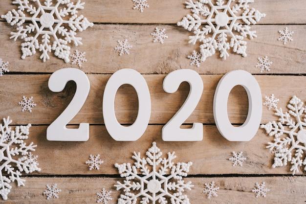 2020 nowy rok pojęcie na drewno stole i boże narodzenie dekoraci tle. Premium Zdjęcia