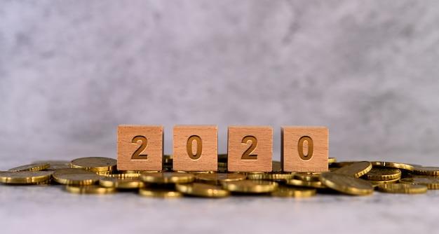 2020 Słowo Alfabet Litery Drewniane Kostki Umieszczone Na Złotej Monety Darmowe Zdjęcia