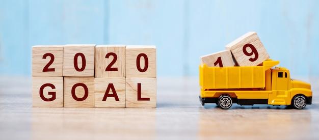 2020 szczęśliwego nowego roku z miniaturową ciężarówką Premium Zdjęcia