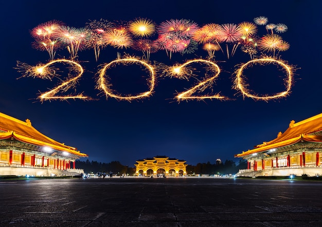 2020 szczęśliwych nowy rok fajerwerków nad chiang kai-shek memorial hall w nocy w tajpej na tajwanie Premium Zdjęcia