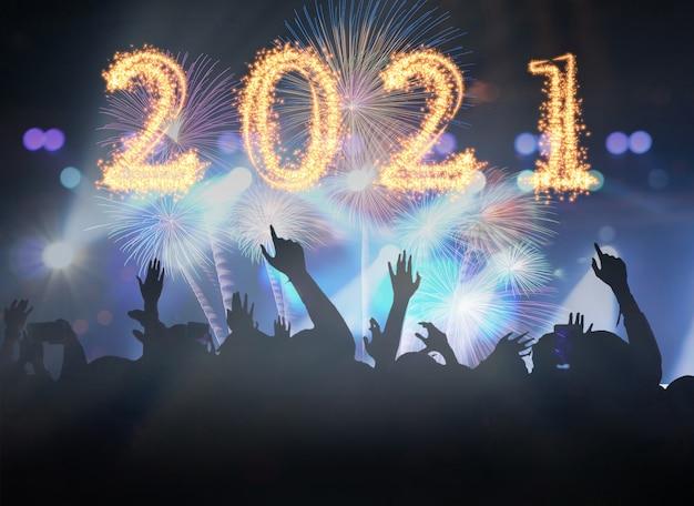 2021 Napisany Z Sparkle Firework On Concert Tłum W Sylwetkach Fanklubu Muzycznego Z Pokazem Ręki Do świętowania Fajerwerkami, Szczęśliwego Nowego Roku Premium Zdjęcia