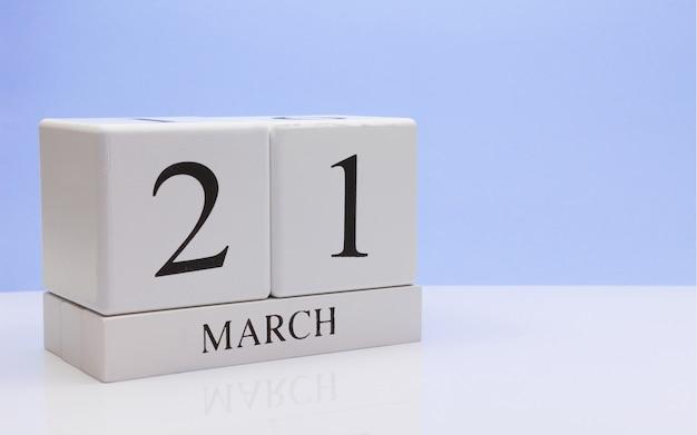21 marca. dzień 21 miesiąca, dzienny kalendarz na białym stole. Premium Zdjęcia