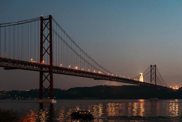 25 Kwietnia Krajobraz Mostu I Chrystusa Króla W Lizbonie, Portugalia Premium Zdjęcia