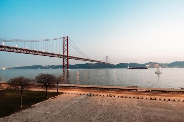 25 Kwietnia Most Krajobraz W Lizbonie, Portugalia Premium Zdjęcia