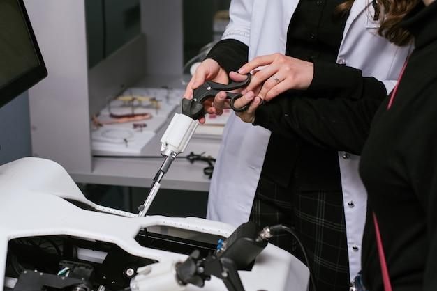 3d Sprzęt Medyczny. Sprzęt Szkoleniowy Do Operacji. Osoba Jest Przeszkolona Do Wykonywania Operacji Medycznych Na Urządzeniu. Premium Zdjęcia