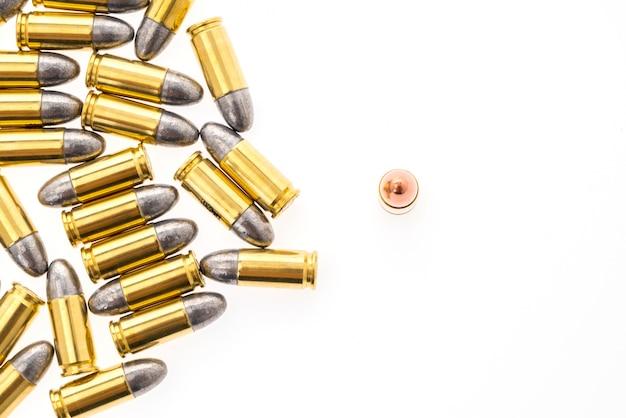 9mm pocisk do pistoletu na białym tle Darmowe Zdjęcia