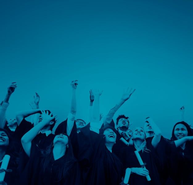 Absolwenci Studenci Rzucający Kapelusze W Powietrzu Premium Zdjęcia