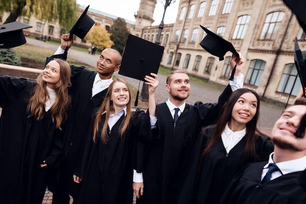 Absolwenci Uniwersytetu Rzucają Czapkami. Premium Zdjęcia