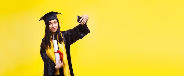 Absolwent Kobieta Robi Zdjęcie Selfie Nad żółtą Przestrzenią Premium Zdjęcia