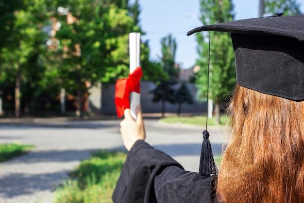 Absolwentka Podniosła Ręce I świętowała Z Certyfikatem W Ręku I Czuła Się Taka Szczęśliwa W Dniu Rozpoczęcia Premium Zdjęcia