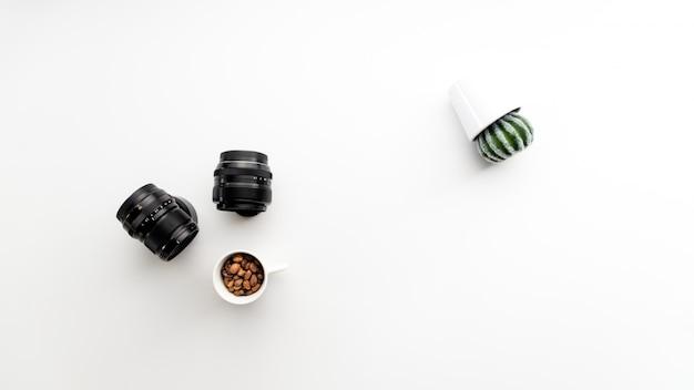 Abstrakcjonistyczna Fotografia Z Kamera Obiektywami Kawowymi I Kaktusową Rośliną Z Ukosa Darmowe Zdjęcia