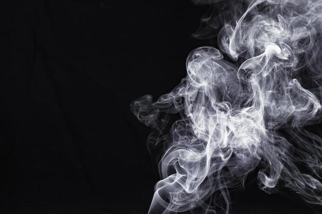 Abstrakcjonistyczny Bielu Dym Odizolowywający Na Czarnym Tle Premium Zdjęcia