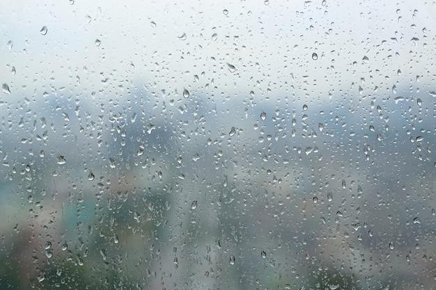 Abstrakcjonistyczny tło, woda opuszcza na nadokiennym szkle, deszczowy dzień Premium Zdjęcia