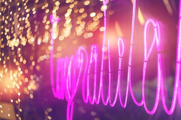 Abstrakta różowy neonowy znak z zamazanym neonowym tubki światła tłem, rozrywka znak Premium Zdjęcia