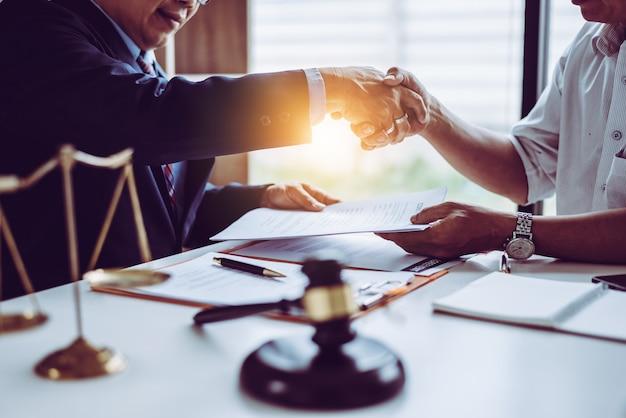 Adwokaci Adwokaci Azjatyckiego Partnera W średnim Wieku Drżą Ręce Po Omówieniu Umowy O Pracę. Premium Zdjęcia