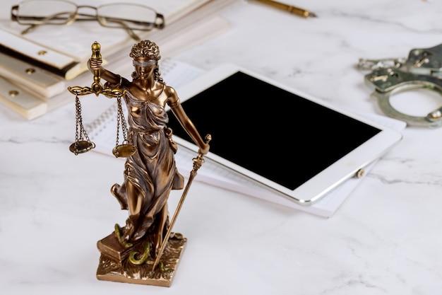 Adwokat Statua Sprawiedliwości Ze Skalami I Prawnik Pracujący Na Cyfrowym Tablecie Premium Zdjęcia
