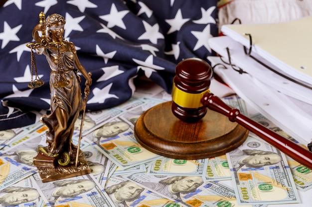 Adwokat Statua Sprawiedliwości Ze Skalami, Młotek I Pieniądze Premium Zdjęcia
