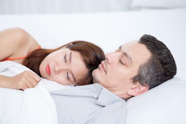 Affectionate Interracial Couple Spania W łóżku Darmowe Zdjęcia
