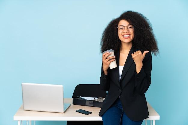 African American Kobieta Biznesu Pracująca W Swoim Miejscu Pracy Z Kciuki Do Góry Gest I Uśmiechnięte Premium Zdjęcia