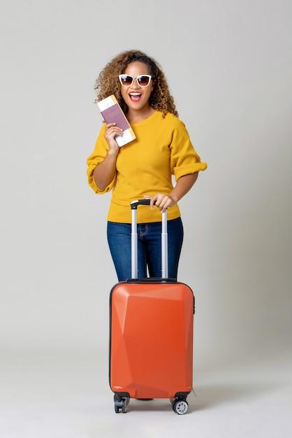 African american kobieta turysta z bagażem Premium Zdjęcia