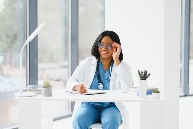 African American Lekarz Pracujący W Swoim Gabinecie W Klinice Premium Zdjęcia