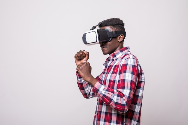 African American Młody Człowiek Ubrany W Boks Vr Zestaw Słuchawkowy Wirtualnej Rzeczywistości Darmowe Zdjęcia