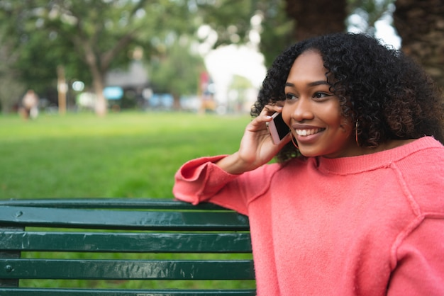 Afro Amerykańska Kobieta Rozmawia Przez Telefon. Premium Zdjęcia
