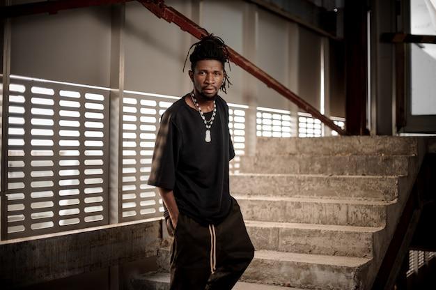 Afro Amerykańska Mężczyzna Pozycja Na Schodkach Premium Zdjęcia