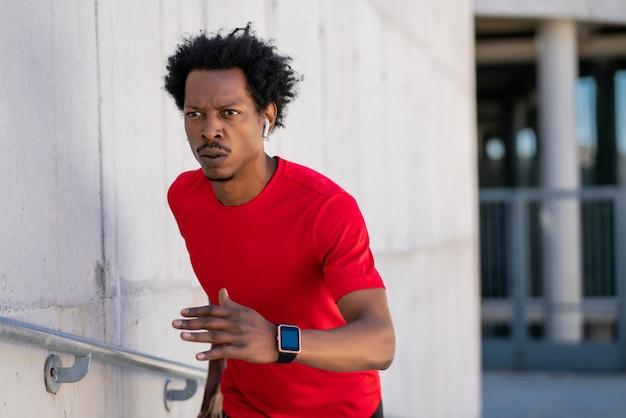 Afro Lekkoatletycznego Mężczyzna Działa I Robi ćwiczenia Na świeżym Powietrzu Na Ulicy Darmowe Zdjęcia