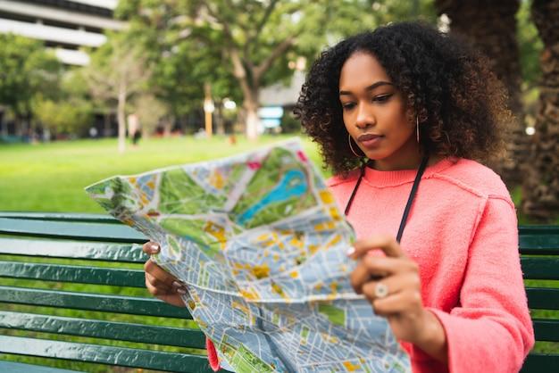 Afroamerykańska Kobieta Patrzeje Mapę. Premium Zdjęcia