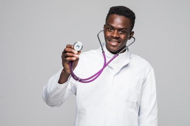 Afroamerykański Czerni Lekarki Mężczyzna Z Stetoskopem Odizolowywał Białego Tło. Darmowe Zdjęcia