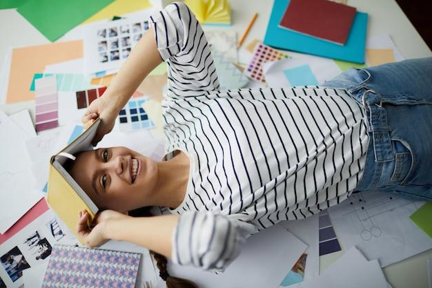 Afroamerykański Student Leżący Na Podłodze Premium Zdjęcia