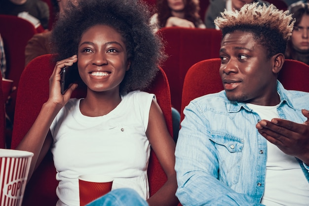 Afrykańska Kobieta Mówi Głośno Na Telefonie Podczas Filmu Premium Zdjęcia