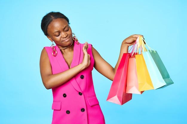 Afrykańska Kobieta Z Różnymi Torba Na Zakupy Premium Zdjęcia