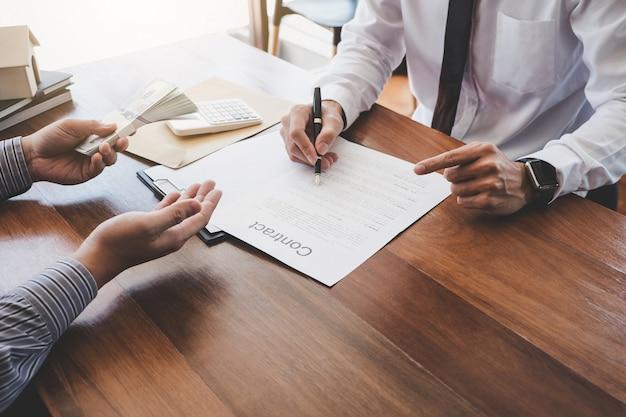 Agent maklerski przedstawiający i konsultujący szczegóły z klientem w celu podjęcia decyzji o udzieleniu kredytu na budowę nieruchomości w celu podpisania umowy Premium Zdjęcia