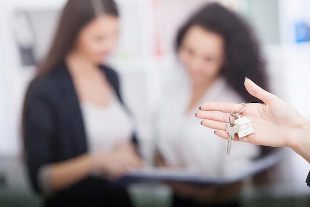 Agent nieruchomości daje klientowi klucze do domu Premium Zdjęcia