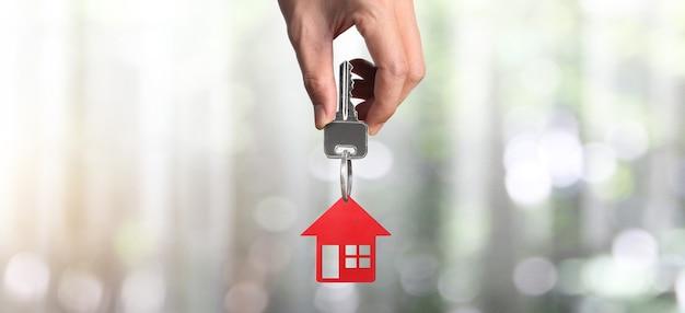 Agent Nieruchomości Wręcza Klucze Do Domu I Monety Premium Zdjęcia