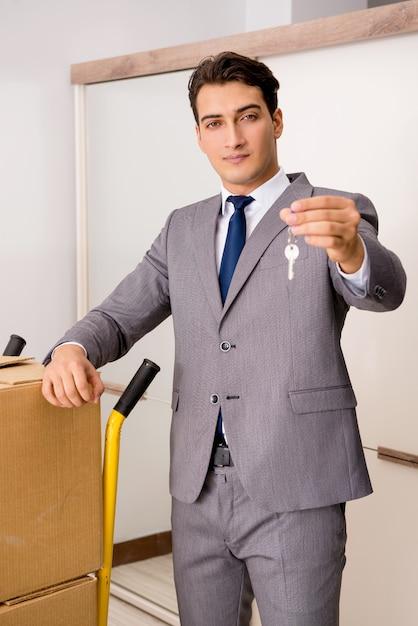 Agent nieruchomości z kluczem z nowego domu Premium Zdjęcia