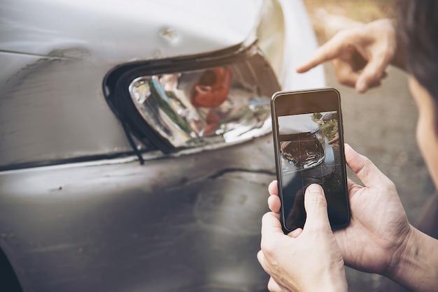 Agent Ubezpieczeniowy Pracujący W Trakcie Procesu Roszczenia Z Tytułu Wypadku Samochodowego Na Miejscu, Roszczenia Z Tytułu Ubezpieczenia Ludzi I Samochodu Darmowe Zdjęcia