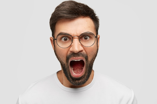Agresywny, Atrakcyjny Mężczyzna Wściekle Krzyczy, Zirytowany Złą Obsługą, Kłóci Się Z Dyrektorem Firmy Darmowe Zdjęcia