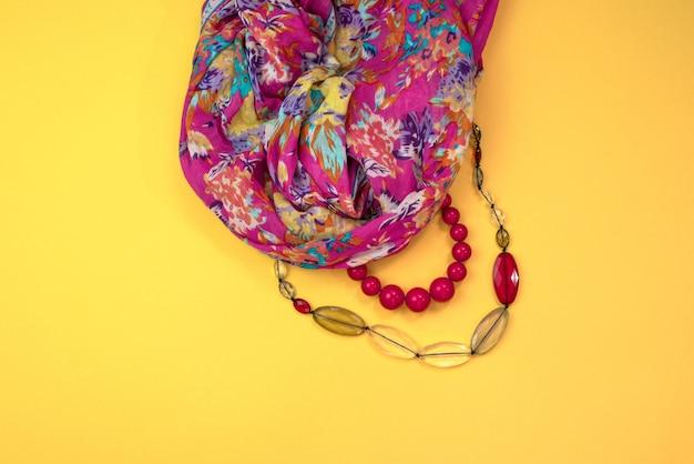 Akcesoria Dla Kobiet Płaskie Leżał Na żółtym Tle Widok Z Góry Kopia Przestrzeń Premium Zdjęcia