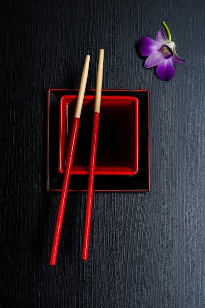 Akcesoria Do Sushi Na Drewnianym Stole. ścieśniać. Selektywna Ostrość. Premium Zdjęcia