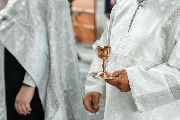 Akcesoria ślubne i wnętrze w klasztorze prawosławnym świętej trójcy Premium Zdjęcia