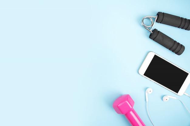 Akcesoria Sportowe Z Hantlami, Smartfonami, Słuchawkami W Kolorze Niebieskim. Premium Zdjęcia