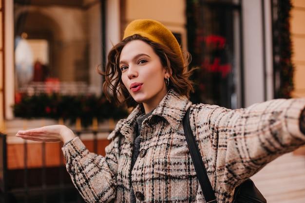 Aktywna Blogerka Stylowa Sprawia, że Selfie Na ścianie Pięknego Budynku Darmowe Zdjęcia