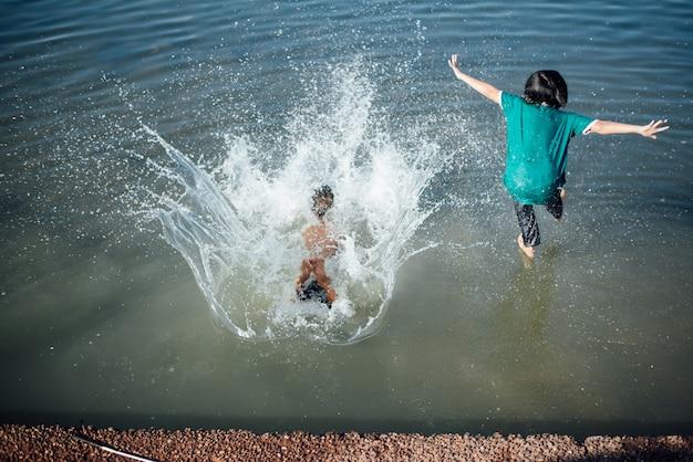 Aktywni Chłopcy Skaczą Z Kłód W Wodę. Darmowe Zdjęcia