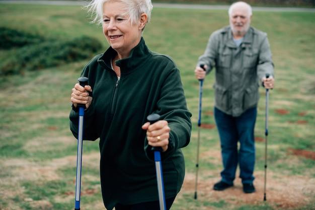 Aktywni seniorzy z kijami trekkingowymi Premium Zdjęcia