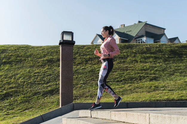 Aktywny młodej kobiety biegać plenerowy Darmowe Zdjęcia