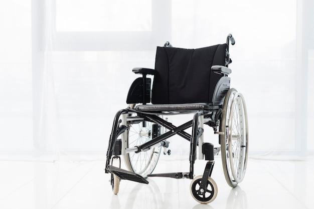 Aktywny wózek inwalidzki w pokoju Darmowe Zdjęcia