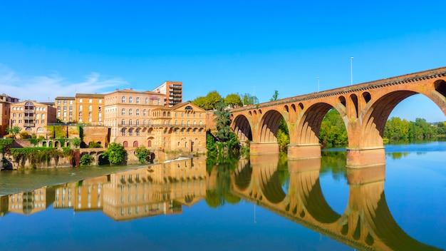 Albi w południowo-zachodniej francji. widok na rzekę tarn i katedrę saint cecile. Premium Zdjęcia